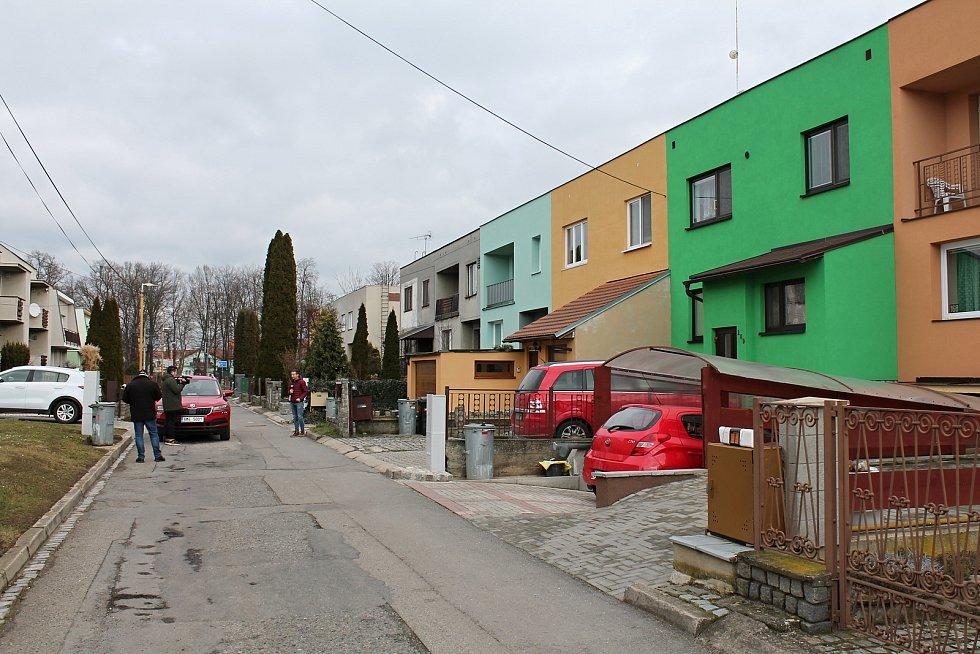 Žlutý dům (uprostřed) v ulici Ludvíka Svobody v Bedihošti, kde podnájemník napadl majitele domu sekáčkem na maso
