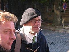 Dušan Dvořák (v černé hučce) před prostějovským soudem po vynesení rozsudku