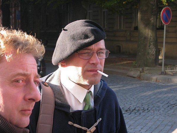 Dušan Dvořák (včerné hučce) před prostějovským soudem po vynesení rozsudku