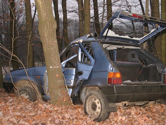 V tomto voze zemřel dvacetiletý mladík.