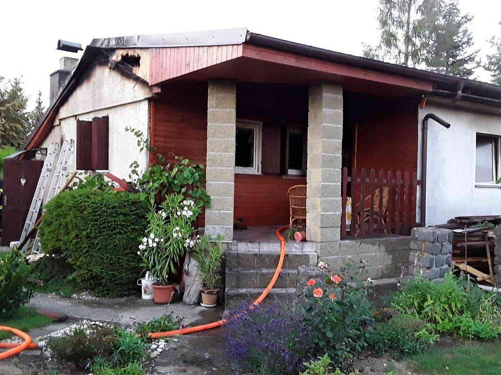 Včera v podvečer v Mostkovicích hořely dvě rekreační chatky. Naštěstí se nikdo nezranil.