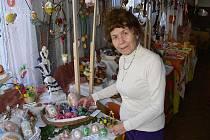 Marie Musilová při přípravě velikonoční výstavy