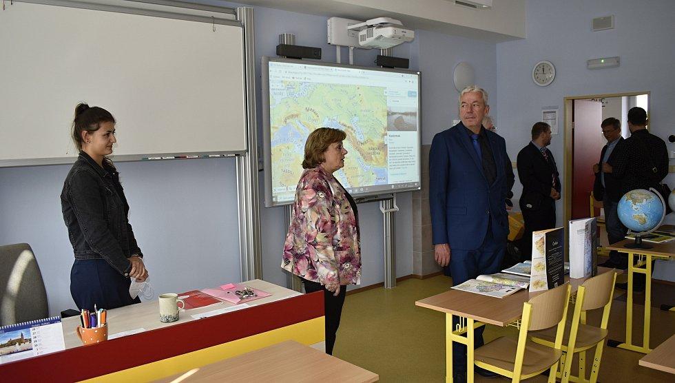 Po dlouhé a nákladné rekonstrukci byla se zahájením nového školního roku oficiálně otevřena němčická základní škola. 1.9. 2021