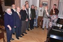 Každé pondělí se v jednom ze salonků Národního domu v Prostějově scházejí členové mužského pěveckého sboru Orlice. Tento soubor s tradicí sahající až do roku 1861 se v současné době potýká s problémy. Chybí mu zpěváci.