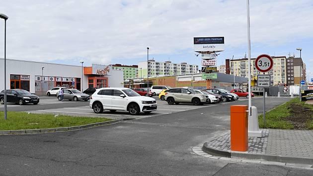Parkoviště u obchodní pasáže Anděl ozdobily elektronické závory.