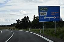 Stavba severního obchvatu se opět posunula. Aktuálně jsou před dokončením spojka z Olomoucké a část kruhové křižovatky směr Kostelec na Hané. Už zmizel i kus silnice před železničním přejezdem ze směru Smržice. 19.8. 2021