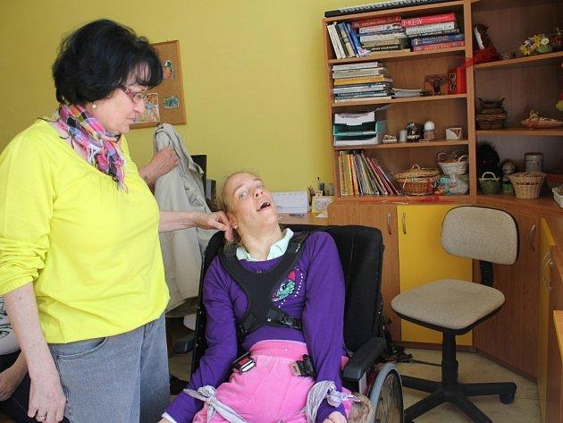 Simoně Soldánové doporučila neuroložka lepší vozík. Neuroložka předložila reviznímu lékaři žádanku. Ten se přijel na hendikepovanou ženu podívat i s technikem a žádost lékařky zamítl. Rodiče se nakonec rozhodli své dceři raději pořídit vozík za vlastní.