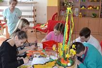 Za dětskými pacienty přišly do prostějovské nemocnice studentky Střední zdravotnické školy, aby jim pomohly s velikonoční výzdobou