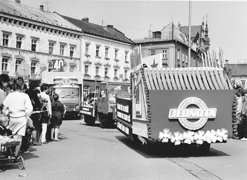 4. Nedílnou součástí průvodu se staly alegorické vozy, které projížděly městem vedle pěších účastníků.