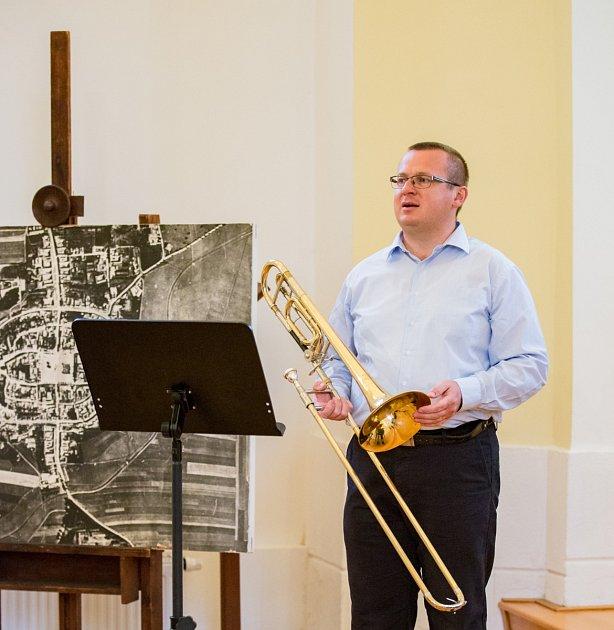 Dušan Pávek při hře na trombón.