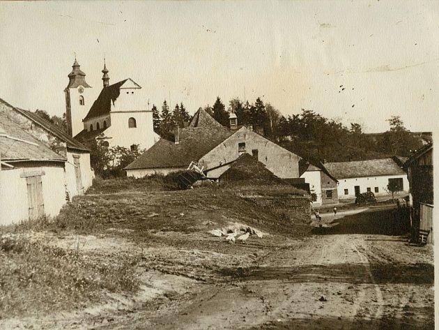 První písemné prameny o farním kostele sv. Petra a Pavla ve Vřesovicích pocházejí z roku 1453. Na snímku je pohled na kostel ze záhumení z roku 1930.