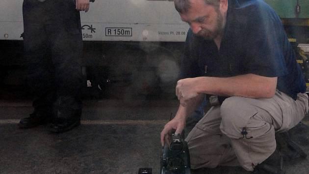 Kameraman Pavel Pobořil chránil kameru vlastním tělem.
