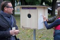 Speciální knihobudku zahnízďovali ve čtvrtek odpoledne v Kolářových sadech v Prostějově. Lidé si zde mohu knihy zdarma půjčit a po přečtení vrátit, mohou sem přinést také své knihy, pro které už doma nemají místo.
