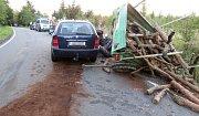 Řidič oslněný sluncem narazil u Konice do malotraktoru