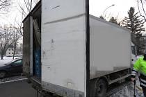 Otevřené dveře nákladního auta způsobily dvě nehody.