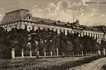 Bývalá jezdecká kasárna, postavená vroce 1892 místo starých kasáren na hlavním náměstí.