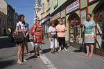 Obchod bez obalů přilákal malý dav lidí.