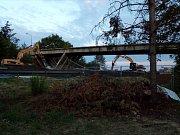 Dálnici D46 u Olšan u Prostějova v sobotu večer uzavřela demolice nadjezdu.