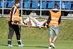 Mladíka v dresu Prostějova Lukáše Petrželu už v deváté minutě odnášeli na nosítkách. Do hry se vrátil, ale ve třicáté minutě nakonec střídal.