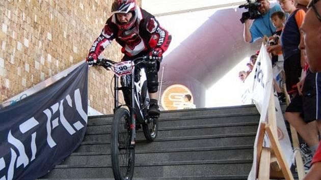Na závodech Meatfly Gogen Downtown 2007 ve Zlíně sloužilo schodiště za sjezdovku.