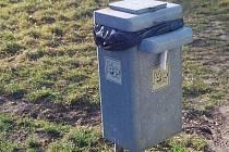 Mikrotenové sáčky na psí exkrementy, které jsou umístěny ve speciálních odpadkových koších ve městě, v Prostějově někdo krade. Radní se proto rozhodli, že majitelům čtyřnohých miláčků budou dávat sáčky na příděl.
