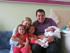 Alex Chammas s maminkou Janou, zleva: Viktoria a Kamila, tatínek: Jean Marc, Prostějov, narozen 3. června, 50 cm, 3550 g