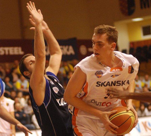 Pivot Orlů Stanislav Votroubek (s míčem).