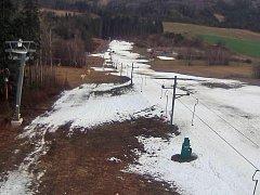 Snímek z web kamery na sjezdovce v Kladkách ze čtvrtku 4. února 2016