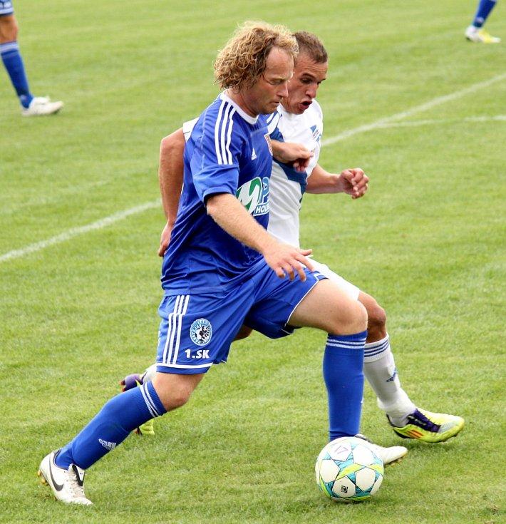 Prostějovští fotbalisté (v modrém) ve své domácí třetiligové premiéře nestačili na Frýdek-Místek, kterému podlehli 1:3.  Prostějovský Lukáš Zelenka (s míčem)