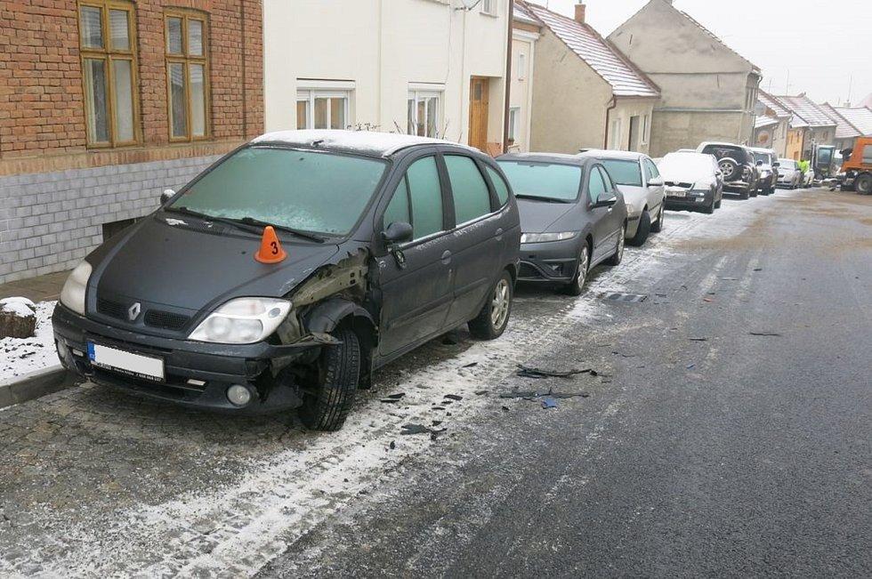 Následky nehody vozidla zimní údržby v Určicích