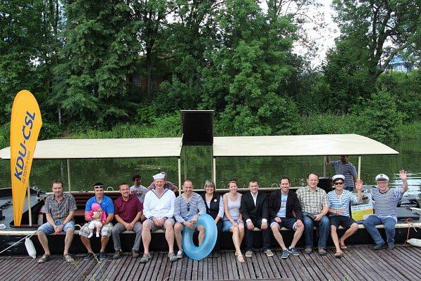 NA LODI. Olomoučtí lidovci představili včervnu první jména kandidátů do komunálních voleb. Protože jedním ztémat programu je dokončení protipovodňových opatření, pořádali oprázdninách svýletní lodí Kordulka krátké vyjížďky po řece Moravě.
