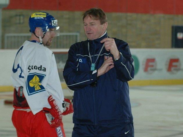 lois Hadamczik v rozmluvě s jedním ze svých svěřenců během včerejšího tréninku    v Prostějově.