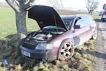 Na silnici od Smržic směrem na Kostelec na Hané havaroval řidič v Audi kvůli vybržďování