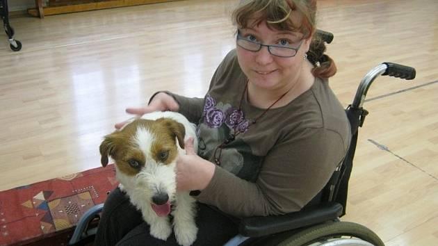 Díky penězům nadace mohou hendikepovaným dětem pobyt ve škole nadále zpříjemňovat psí kamarádi. Foto: