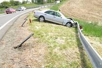 Řidič ujížděl před policisty, skončil ve svodidlech