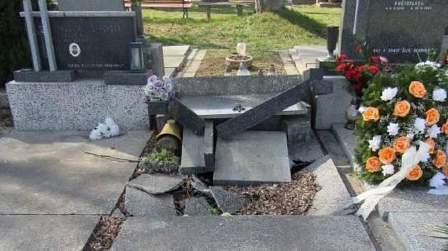 Na hřbitově v Plumlově došlo k poškození hrobů