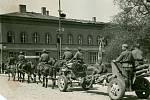 Sovětští dělostřelci před budovou dnešního Atria.