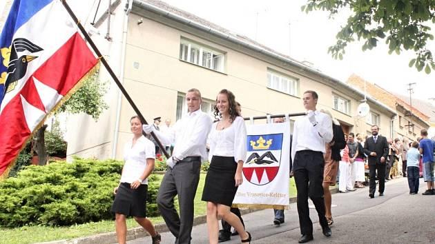 Ve Vranovicích-Kelčicích žehnali obecní symboly, odhalovali pomník a slavili sto desáté výročí založení hasičského sboru