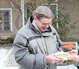 Podávání polévky bezdomovcům v Prostějově