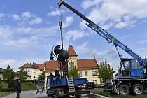 Ve středu 6. května 2020 byl před kosteleckou radnici instalován památník obětem II. světové války.
