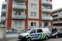 Policie zasahuje v bytovém domě v Jezdecké ulici v Prostějově, kde 20. prosince neznámý muž přepadl a zranil tenistku Petru Kvitovou