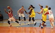 Basketbalisté Olomoucka (ve žlutém) porazili ve 2. zápase čtvrtfinále Pardubice 102:91.