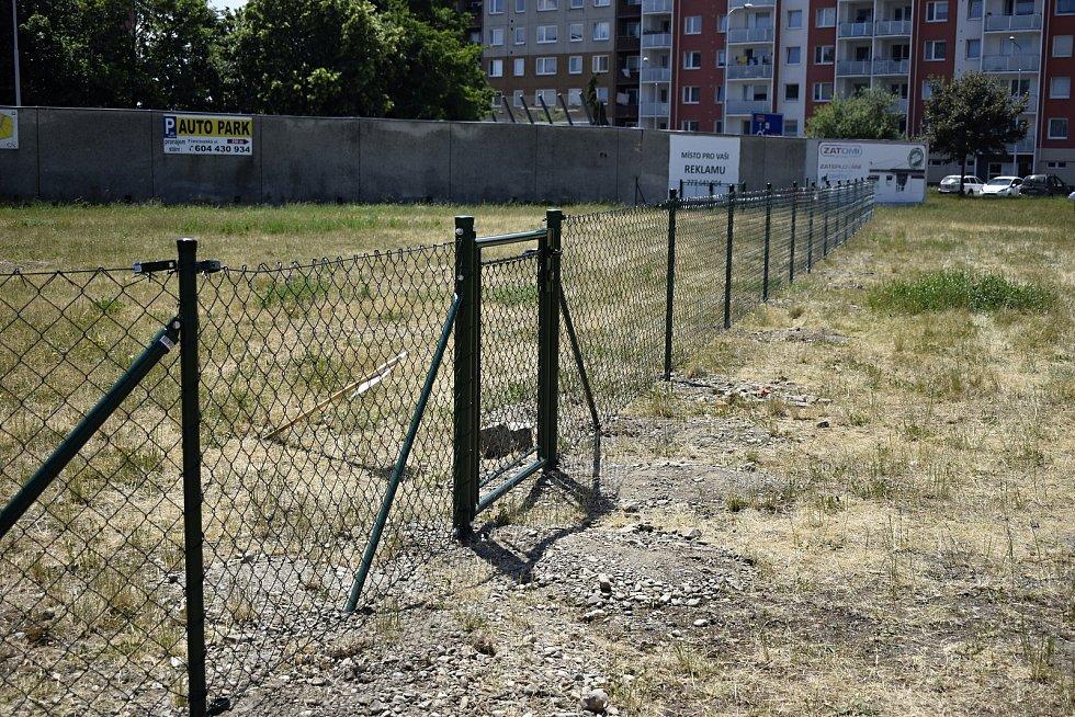 Psí loučku poblíž kruhového objezdu v Plumlovské ulici už ohraničuje zelený plot. 24.6. 2021