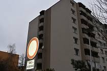 Mladá žena ukončila v pondělí svůj život skokem ze 7 patra bytového domu v prostějovské ulici Jana Zrzavého.
