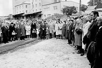 Účastníci slavnostního znovuotevření Památníku Petra Bezruče dne 24. září 1977.