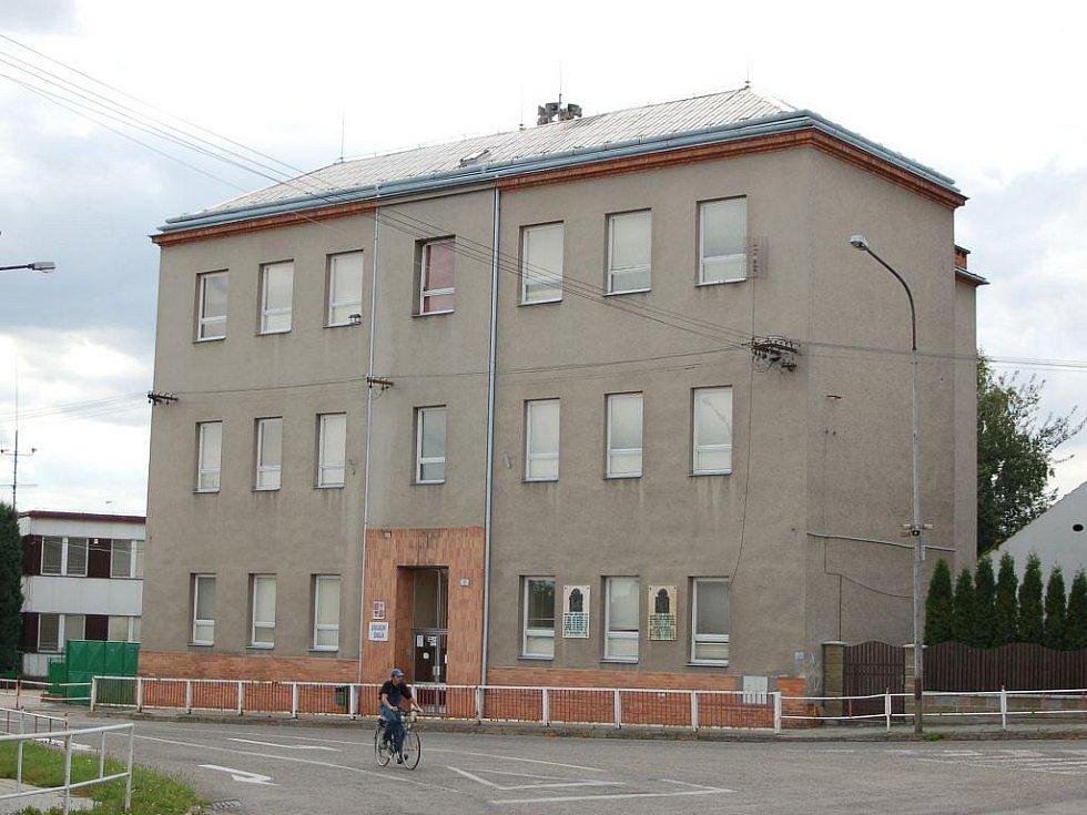 Základní škola ve Vrahovicích. Přestavba se týká okálové budovy (na snímku vlevo)