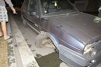 Podnapilý muž se svým autem havaroval v Dolní ulici. Nehodu hlásit nechtěl, k jeho smůle však místem zrovna projížděla policie.