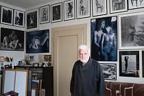 Fotograf Karel Novák se svými snímky naháčů