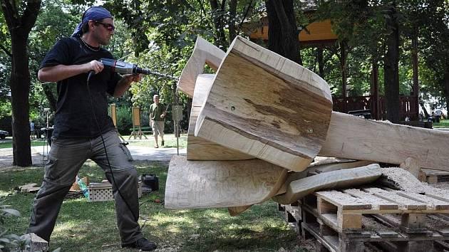 Sochař Jiří Marek při práci