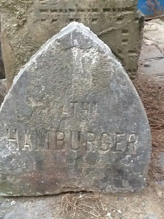 Jeden z nalezených židovských náhrobků v Žešově patřil Kathi Hamburgerové (Chome)